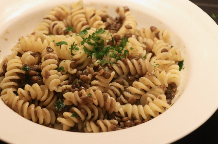 A plate of easy, homemade Italian pasta with lentils, garlic and parsley. ©KettiWilhelm2020