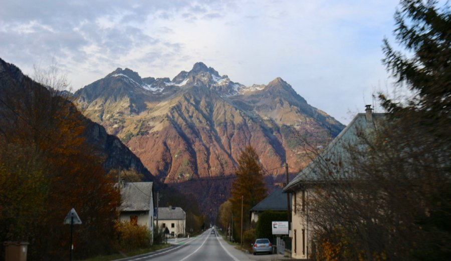A colorful mountain behind a small town in the French Alps. ©KettiWilhelm2020